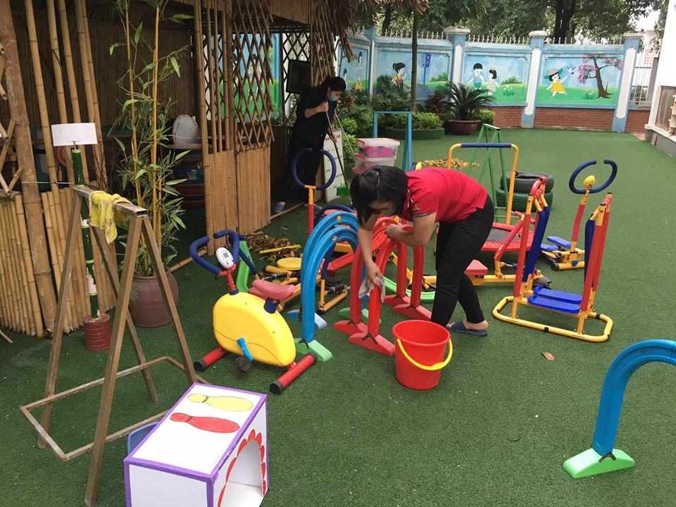 Công tác vệ sinh khử khuẩn trong, ngoài lớp học tại trường mầm non Hương Sen..